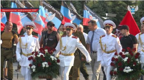 Глава ДНР Александр Захарченко принял участие в торжественном митинге и возложении цветов к Вечному огню в Донецке.