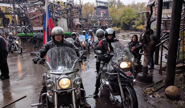 Из Московского Байк-Центра стартовала мотоколонна Ночных Волков на закрытие мотосезона в Санкт-Петербург.