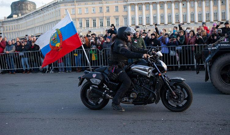 «Ночные волки» прошли парадом по Петербургу и поздравили Путина с днем рождения